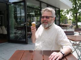 """Harald Müller: """"Im Sommer gibt es kaum was Schöneres, als mit Freunden ein leckeres Eis auf dem Bürgerplatz zu genießen."""""""