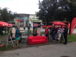Das Rote Sofa samt Infostand der SPD OSH