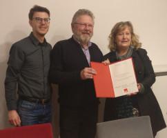 OV-Vorsitzender Maximilian Weiß und stellv. Landrätin Annette Ganssmüller-Maluche gratulieren Harald Müller zu 40 Jahren SPD