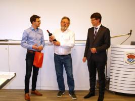 Maximilian Weiß und Florian Spirkl gratulieren Harald Müller zur Nominierung