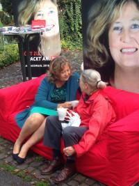 Landtagskandidatin Ganssmüller-Maluche im Dialog mit einer Bürgerin