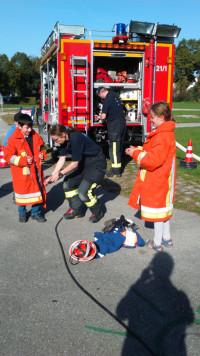 Kinder an der Station der Feuerwehr