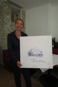 Hermine Leis mit ihrem Kunstwerk